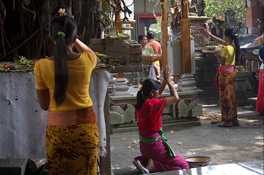 balinese-woman-praying-in-temple